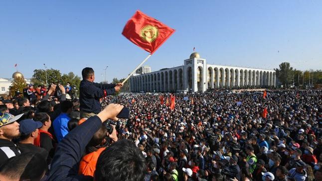 سيطرة المعارضة في قيرغيزستان على مقرات سيادية عديدة