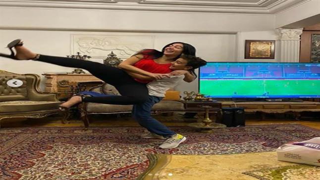 بالاحضان.. مريهان حسين تحتفل بعيد ميلادها مع شقيقتها