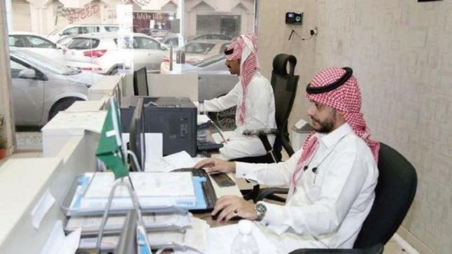 وزير الخدمة المدنية السعودي يلمح إلى إمكانية السماح للموظفين بالعمل لدى القطاع الخاص