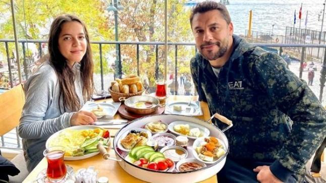 صورة.. أحمد حسن برفقة ابنته في أحد المطاعم
